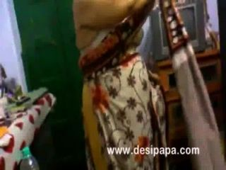 reife indische bhabhi im Schlafzimmer wechselnden großen Titten ausgesetzt