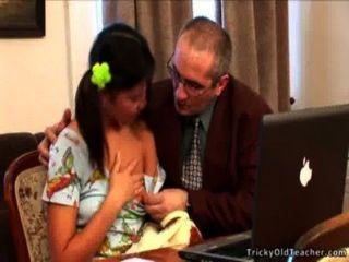 unschuldige junge Küken wird von ihrem Lehrer gehämmert