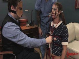 verwirrte Puppe Mädchen facefucked und assfucked mit atm wird