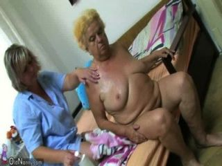 reife Frau auf mollige Oma mit Dildo