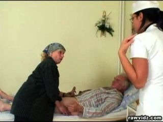 nubile Krankenschwester bekommt eine Show