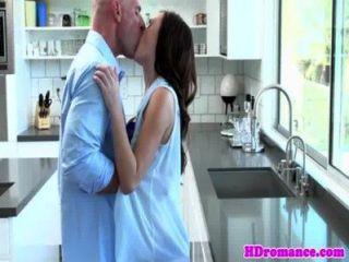 junge Modell Paar in der Küche beginnen