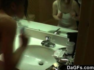 meine Freundin gefilmt, während sie im Bad masturbierte