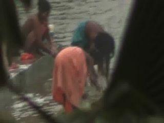 indische Frauen am Fluss baden