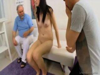 Jungfrau alla will ihre Kirschen so viel tauchte