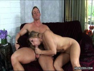 sensationelle Blondine mit großen Titten schlug hart
