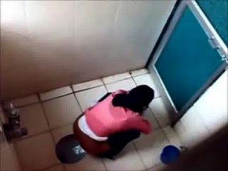 3 College-Mädchen in der Toilette des berühmten mumbai College pissin
