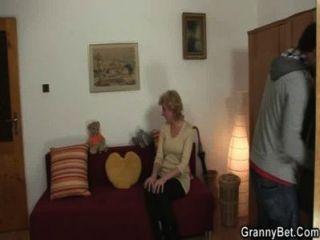blonde Oma springt auf seinen Schwanz