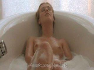 alexis Kristall wird in dem Bad Wichsen