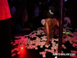 Porno-Star Haut Diamanten in einem Strip-Club Durchführung