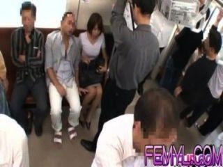 sexy Asiatinnen Milf wird auf einem Zug hart gefickt