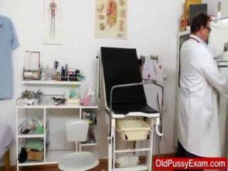 Frau genießt die Gynäkomastie Checkup