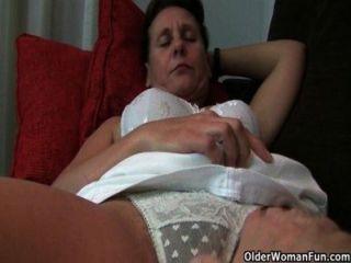 Oma mit haarige Muschi und Achselhöhlen braucht Erleichterung
