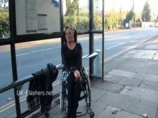 paraprincess Außen Exhibitionismus und blinkt Rollstuhl gebunden Babe zeigt