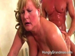 Oma bekam eine Last von heißen Sperma