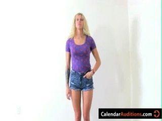 zwei Amateur heiße Blondinen bei Kalender Vorsprechen angreifen