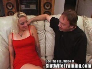 ausländische blonde Frau gefickt auf der Couch