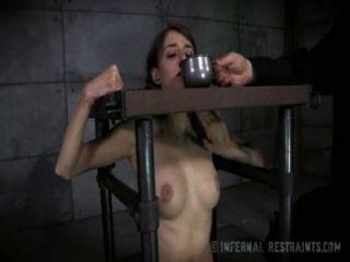 schüchterne kleine Titten Brünette in Knechtschaft Schmerzen