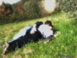 Liebe machen auf dem Rasen