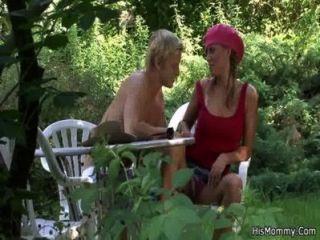 Mutter liebäugelt im Freien sein Mädchen