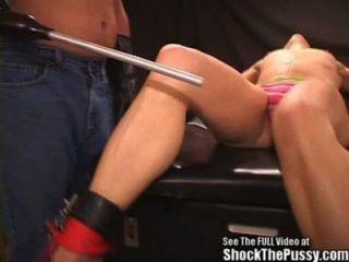 Nutte Bondage Elektro-Schocktherapie