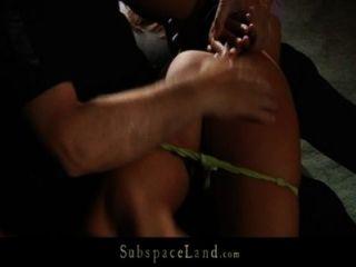 Brünette iwia sexy Sklave Sex in Knechtschaft männlich