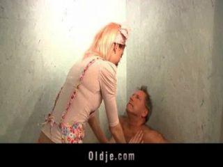 geil Zimmermädchen fickt einen Oldman Kunde