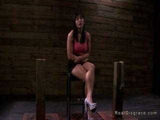 dunkelhaarigen Asian Babe gefesselt und gefickt
