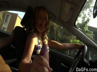 sie will in einem Auto für ihre erste Sex-Szene zu ficken