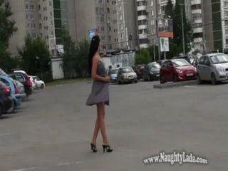nackt in der Öffentlichkeit Straße und Straße