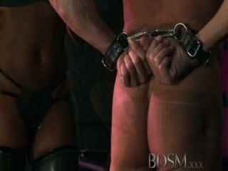 bdsm xxx mit Kapuze Sklaven sind durch starke dominante doms auf die Probe gestellt