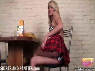 blonde Schülerin sascha ihre gestreiften Höschen blinkt