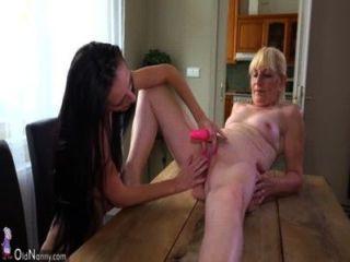 alte Dame und nettes Mädchen mit Dildo auf dem Schreibtisch Masturbieren