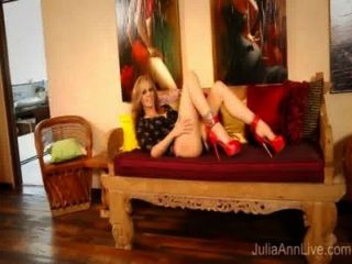 Superstar MILF julia ann in roten High Heels masturbieren!