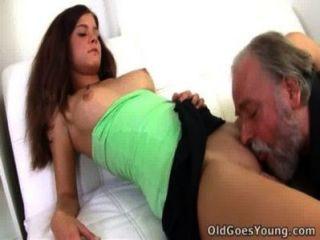Alyona ist auf dem Schoß des älteren Mannes sitzend
