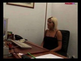 Italienisch blonde Sekretärin im Büro masturbieren - italienische Porno