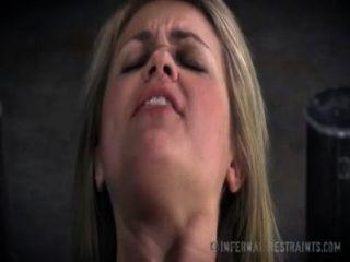 süße blonde bittet um Schmerzen in der Knechtschaft