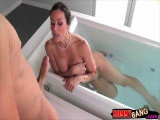 hot stepmom Kendra Lust mit Teenie-Paar auf dem Bett ficken