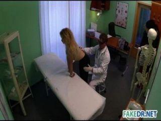 Arzt fickt seine Patientin
