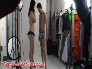ehrfürchtige Paar zeigen sich vor der Kamera