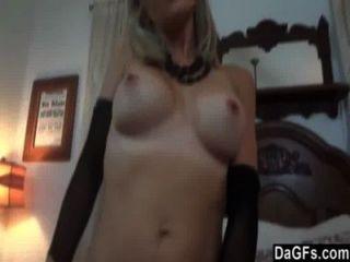 vollbusige blonde Hure zeigt ihre Sex-Fähigkeiten