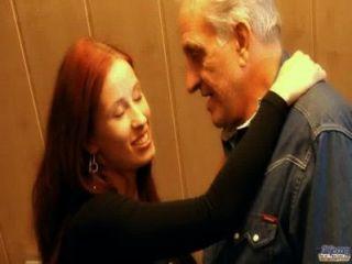 Rothaarige nuttig Küken belohnt großzügig Opa mit ficken