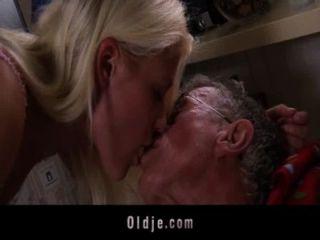 junge blonde Babe fickt ihr Opa Freund