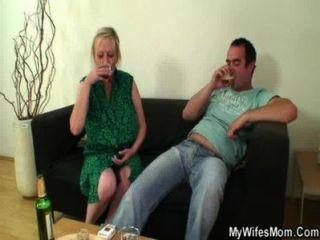 Hahn hungrig Mutter springt auf ihren Sohn-in-law Hahn