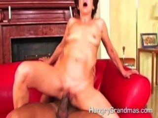 Oma fucking mit jüngeren Mann