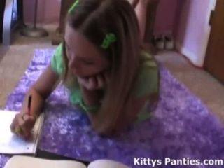 18-jährige Teenager Kitty ihre Hausaufgaben zu machen