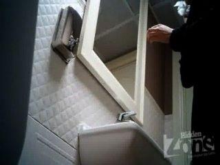 versteckte Kamera in der Toilette einer Bar.