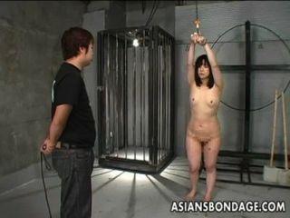 japanisches Mädchen gepeitscht und gebunden
