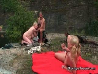 versaute Blondine wird von geilen reife Paar verführt