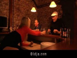 Englisch Oldman fickt niedlich amerikanische Blondine in einem Pub